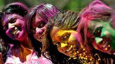 Wereldwijd vieren hindoes zondag Holi, waarmee hindoes het nieuwe jaar en de lente inluiden.