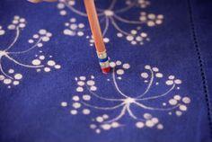Fabric pattern - Desen desen çamaşır suyu Creative Crafts, Fun Crafts, Diy And Crafts, Crafts For Kids, Arts And Crafts, Tie Dye Tutorial, Tutorial Diy, Photo Tutorial, Fabric Painting