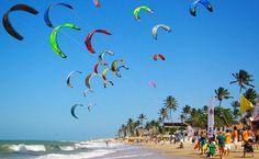 Na Praia de Cumbuco é possível fazer passeios de jangada, jegue e até se aventurar no kitesurfe