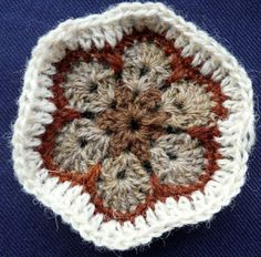 Crocheting African Flowers - different version makes slightly more sense Crochet Blocks, Crochet Squares, Crochet Granny, Double Crochet, Knit Crochet, Granny Squares, Crochet Afghans, Crochet African Flowers, Crochet Crafts