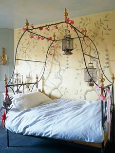 Fun and creative metal canopy bed with beautiful wallpaper that reminds of forest and nature || @pattonmelo