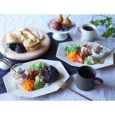 2015.08.11 おはようございます。 * 今朝もパン工房テロワールさんのパンで朝ごはん。 私は真っ黒いの。日曜日限定のスィーツベーグル。ココア生地にホワイトチョコやドライフルーツが入ってムギューーーーー!と美味しい! * ささ!行ってきまーす