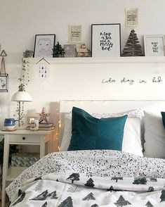 35 Inspiring Christmas Bedroom Decorating Ideas These trendy Home Decor ideas would gain you amazing compliments. Teen Room Decor, Room Ideas Bedroom, Dream Bedroom, Bedroom Wall, Bedroom Decor, Earthy Home Decor, Trendy Home Decor, Apartment Makeover, Christmas Bedroom