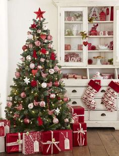 Beautiful Christmas Tree Design and Decor Ideas White Christmas Tree Decorations, Christmas Tree Design, Beautiful Christmas Trees, Noel Christmas, Pink Christmas, Xmas Tree, Christmas Themes, Traditional Christmas Tree, Red Tree