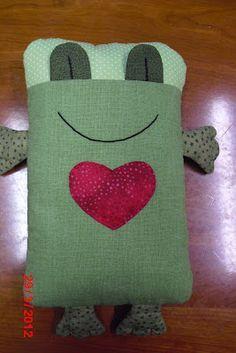 Vovó Zana Patchwork: Naninha para o soninho Vovó Zana Patchwork: Naninha para o soninho Sewing Toys, Sewing Crafts, Sewing Projects, Patchwork Baby, Patchwork Pillow, Kids Pillows, Animal Pillows, Fabric Toys, Fabric Scraps