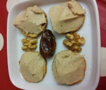 Paté de nueces, dátiles y queso azul
