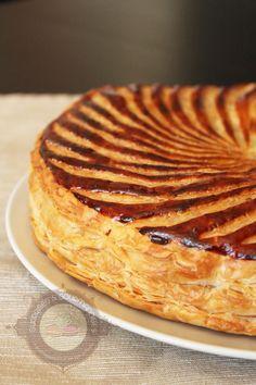 Je ne tarde pas à partager avec vous cette délicieuse recette de galette des rois. Le mois de janvier n'étant pas terminé, voilà une bonne excuse pour encore en manger! Cette année, j'ai voulu changer de la traditionnelle galette des rois à la frangipane (que j'ai faite aussi d'ailleurs, toujours aussi bonne). Et j'ai eu … … Lire la suite →