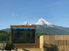 """Das """"Haus der Berge"""" im Nationalpark Berchtesgaden ist sowohl architektonisch als auch von seinem Anspruch her ein ganz besonderes Projekt. Es will mehr sein als nur ein Zentrum für Information und Bildung. Das """"Haus der Berge"""" möchte seinen Besuchern die Faszination einer unberührten Naturlandschaft nahebringen und gleichzeitig aufzeigen, wie man mit moderner Technik und zeitgemäßen Mitteln Natur und Umwelt erhalten kann…"""