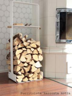 Stalan WoodRack120 -telineellä säilyy isokin määrä klapeja tyylikkäästi. Firewood, Texture, Living Room, Crafts, Surface Finish, Woodburning, Manualidades, Home Living Room, Drawing Room