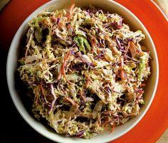 Η βασική ιδέα τούτης της μαρινάτης λαχανοσαλάτας είναι εμπνευσμένη από την κλασική αμερικανική coleslaw. Αυτή η εκδοχή είναι χωρίς κρέμα, άρα νηστίσιμη, αλλά εξίσου νόστιμη.