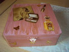 Caixa de mdf com divisórias internas e espelho. Rosa e dourada. Aplicações de borboletinhas douradas. R$ 45,00