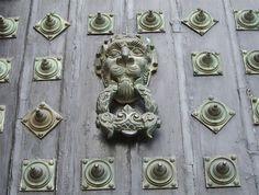 Aldaba de una de las puertas de lacatedral de Santiago de Compostela.