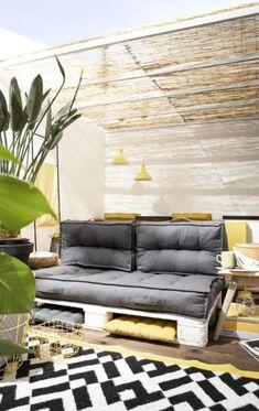 Die Palettenkissen von Today sind komplett aus Baumwolle gefertigt und lassen dich an heissen Sommertagen angenehm kühl auf deinem Paletten-Sofa sitzen. Auf der einen Seite sind die Sitzkissen in geometrischer weisser Musterung und auf der Wendeseite in uni.