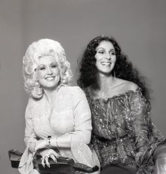dollies Cher and Dolly Parton at a photo shoot, in days gone by. size photo re print on gloss paper of the two singing icons. The item will be posted in a hard backed envelope for extra Dolly Parton Family, Dolly Parton Young, Country Music Stars, Country Singers, Divorce, Divas Pop, Dolly Parton Pictures, Cher Photos, It's All Happening