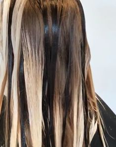 Keeping depth – large sections and the odd lowlight Haar The post Tiefe bewahren – große Abschnitte und das eine oder andere schwache Licht appeared first on Frisuren Tips - Hair Style Girl The Hair Color Balayage, Hair Highlights, How To Balayage, How To Bayalage Hair, Boliage Hair, Cabelo Ombre Hair, Diy Ombre Hair, Hair Color Formulas, Hair Color Techniques