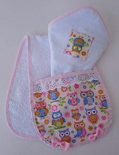 Confeccionado em tecido de malha dupla, tecido atoalhada e tecido 100% algodão. Medidas: Toalhinha de ombro: 48 cm x 17 cm Toalhinha de boca: 35 cm x 35 cm