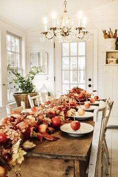 Liz shows you how to achieve a beautiful and function holiday look with a simple farmhouse thanksgiving table design. Also quick little DIY! Thanksgiving Diy, Thanksgiving Tablescapes, Holiday Tables, Thanksgiving Decorations, Christmas Tables, Christmas Centerpieces, Christmas Decor, Holiday Decor, Fall Home Decor