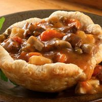 recipes beef stews Beef Stew in Biscuit Cups Serve this hearty stew made with mushrooms and Progresso® sirloin steak & vegetables soup in cups made using Pillsbury® Grands!® buttermilk biscuits - perfect for dinner. Grand Biscuit Recipes, Beef Recipes, Cooking Recipes, Recipies, Beef Meals, Pizza Recipes, Easy Cooking, Yummy Recipes, Cooking Tips