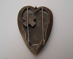 Tasso Mattar – brooch (back) Back Jewelry, Heart Jewelry, Metal Jewelry, Jewelry Art, Jewelry Design, Color Rosa, Contemporary Jewellery, Love Art, Metal Art