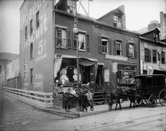 Hanging Out on the Corner of Delancey and Clinton Streets, New York City, 1906 New York Pictures, Old Pictures, Old Photos, Vintage Photographs, Vintage Photos, Antique Photos, Vintage Stuff, Vintage New York, Vintage London