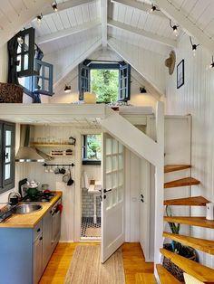 Tiny Houses Plans With Loft, Tiny Loft, Tiny House Loft, Modern Tiny House, Tiny House Living, Tiny House Design, Tiny Cabin Plans, Tree House Interior, Cheap Tiny House