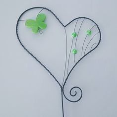 Zápich+srdce+-+zelený+motýl+Zápich+je+vyrobený+z+černého+žíhaného+drátu+a+ozdoben+zeleným+motýlem+a+korálky.+Výška+srdce+12cm,+šířka+10,5cm,+výška+celého+zápichu+35cm.+Povrch+je+ošetřen+bezbarvým+lakem.