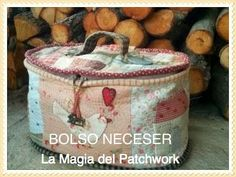 TUTORIAL BOLSO NECESER EN FOTOGRAMA | LA MAGIA DEL PATCHWORK. Paso apaso. Patchwork Quilt, Patchwork Bags, Sewing Caddy, Sewing Box, Next Purses, Purses And Bags, Fabric Yarn, Fabric Crafts, Beauty Case