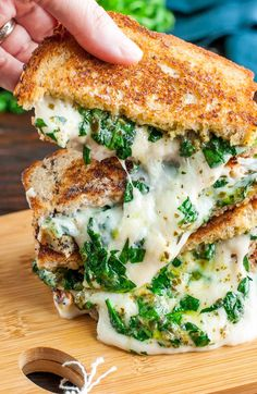 Vegan Jalapeno Popper Grilled Cheese Sandwich // I recommend this sandwich, if you want a recipe that is a perfect comfort food. The melty-gooey vegan cheese will make you and your belly happy too. | The Green Loot #vegan #lunch