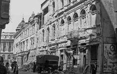 Casa Capșa și o clădire de pe strada Edgar Quinet_Alăturarea României coaliției Națiunilor Unite în lupta împotriva Germaniei, anunțată încă din seara zilei de 23 august 1944, prin Proclamația regelui Mihai, transmisă la posturile de radio, a determinat forțele germane să bombardeze Capitala.