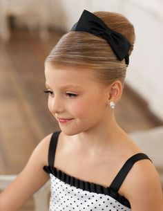 coiffure fillette - chignon raffiné orné d'un ruban noir, boucles d'oreilles en strass et robe assortie