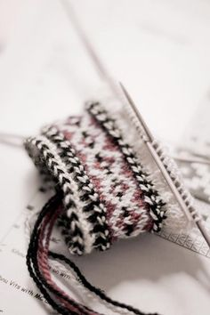 great winter colors- mitten cuff of Kihnu Island style Knitted Mittens Pattern, Knit Mittens, Knitted Gloves, Knitting Socks, Hand Knitting, Knitting Charts, Knitting Stitches, Knitting Patterns, Wrist Warmers