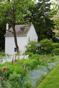 der weiße Gartenzaun ist besonders hübsch