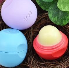 EOS - Fruit Lip Balm - BALL - LIPS - BUY BEAUTY PRODUCTS Beauty Hacks, Beauty Tips, Beauty Products, Skin Serum, Lip Balm, Lipstick, Fruit, Banks, Eos