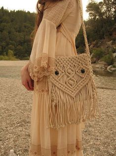 Macrame Owl Purse by Violet Folklore Wish I could find a pattern for this :) - Folkloreschmuck Macrame Purse, Macrame Owl, Macrame Knots, Macrame Jewelry, Micro Macramé, Boho Crochet, Owl Purse, Macrame Projects, Macrame Patterns