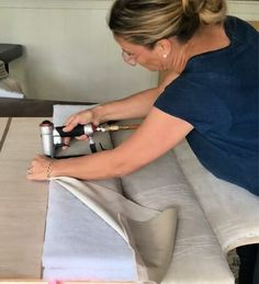 This Channel tufted headboard has been on my to-do list for a long time. I've been planning and pinning for so long that when I found the right fabric at the ri… Wallpaper Headboard, Diy Tufted Headboard, Bed Headboard Design, Modern Headboard, Headboards For Beds, Pallet Benches, Pallet Tables, Pallet Bar, Outdoor Pallet