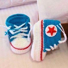 """Modelos """"All Star"""" macios, em linha de crochê 100% algodão. Seu bebezinho ficará com pezinhos aquecidos e na moda. #followme #bebe #artesmanuais Confira na nossa loja www.artgepeto.com.br  #bebedemama #artgepeto #feiradeartesanato #bebezinho #quartodebebe #feirahippiebh #artesanato #bebê #bebe #neném #nenem"""