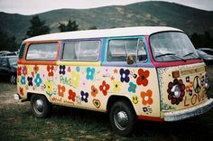 volkswagen bus I remember seeing quite a few of these in the It was all about flower power! Combi Hippie, Van Hippie, Hippie Style, Hippie Life, Hippie Camper, Bus Camper, Hippie Chic, Volkswagen Bus, Vw T1