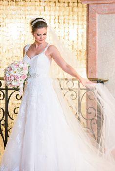 Beleza criada por Natasha Sheeny Makeup. O casamento de Isabel e Érico foi publicado no  Euamocasamento.com, e as fotos são de D51.  #euamocasamento #NoivasRio #Casabemcomvocê