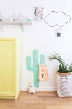 Cabideiro de Cactus e armário amarelo