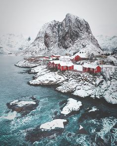 Imagine living there... Credit : @eventyr . #norway #lofoten #lofotenislands #houses #mountains