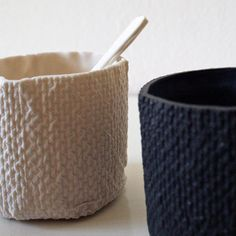Ces petits objets en porcelaine sont coulés dans des moules en papier qui brûlent durant la cuisson des pièces et ne sont donc utilisés qu'une seule…