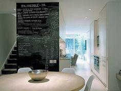 DECO / Inspiration / Alternative / Peinture tableau noire / Créer un mur vivant pour vous et votre enfant dans la salle à manger entre les deux radiateurs. Astuce : si vous craignez que la craie soit trop salissante, choisissez de la peinture aimantée.