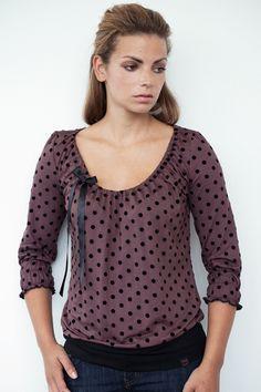 *Artikel:* Jersey Shirt  *Farbe:* braun/schwarz gepunktet  *Besonderheiten:* Kragen und Ärmelenden mit Gummiband gerafft  *Rückenlänge:* 62 cm  *Är...