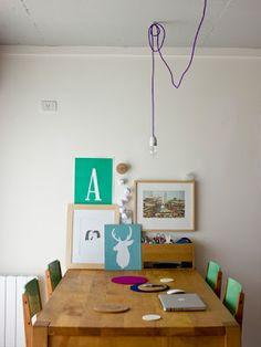 Quando mancano i soldi per il lampadario dei sogni, nell'attesa si può risolvere così: un filo elettrico colorato e una semplice lampadina.
