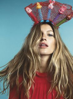 Gisele Bündchen, pez dispenser crown - beauty inspiration for GLOWLIKEAMOFO.com