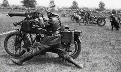 """""""Demonstratie met motormitrailleurs op de Leger- en Vlootdag van het Nederlandse leger, Rotterdam, juni 1936."""" proxy.handle.net/10648/6861e118-1ad9-102f-85b3-003048976d84"""