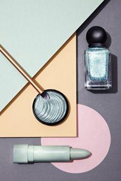 Inspiration packshot, produits de maquillage avec fond de couleur géométrique Photos - OFFSET