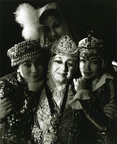 Beit Hatfutsot, Bukharian Jewish women with typical jewelry
