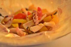 zuppetta in cartoccio di calamari, vongole e patate allo zafferano
