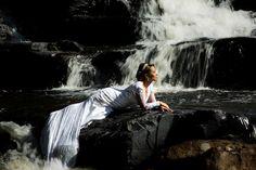 deitada sob as rochas na cachoeira da serra do cipó